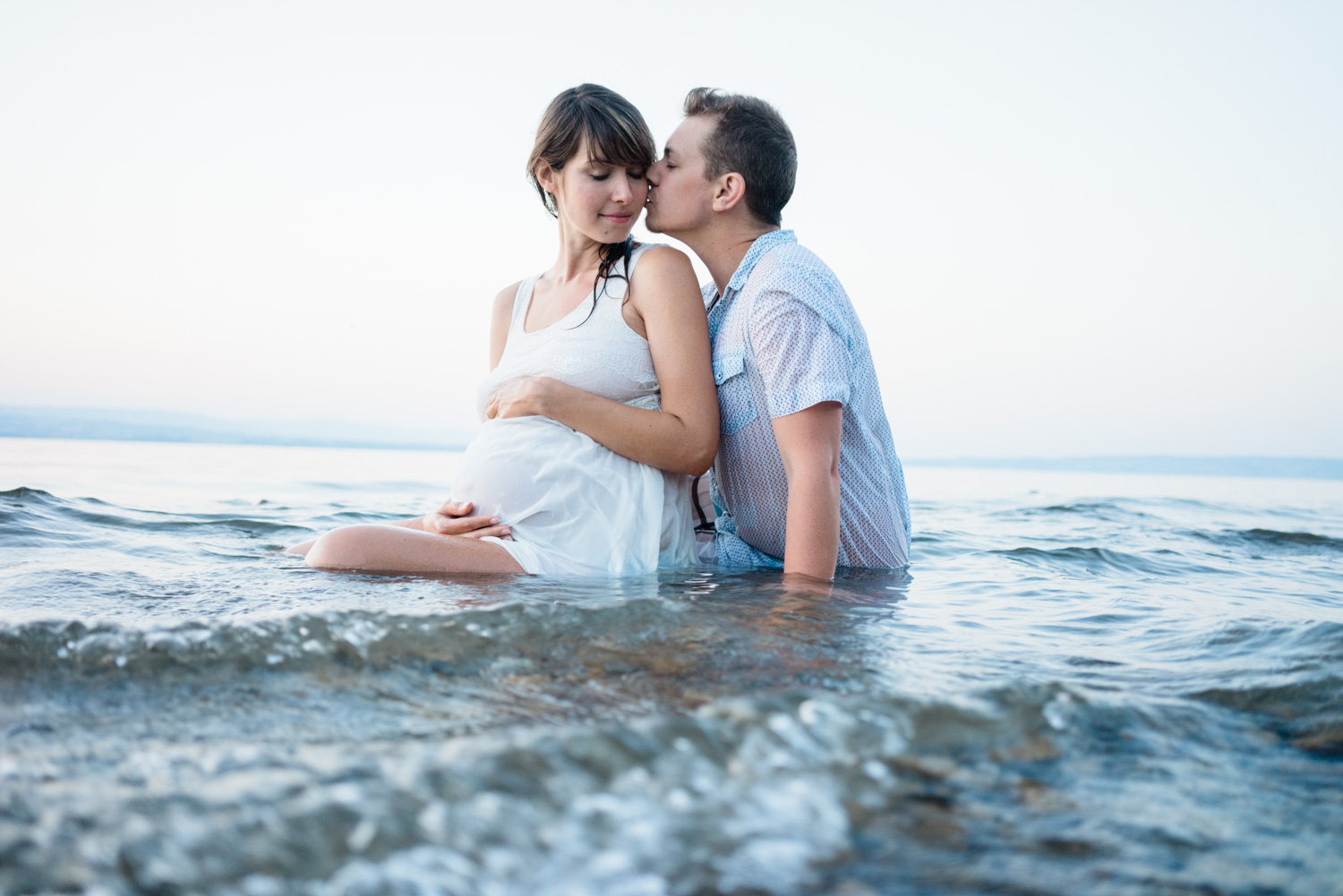 Love soft natural pregnancy couple photo shoot in the water lake- Photographer in Berlin Geneva