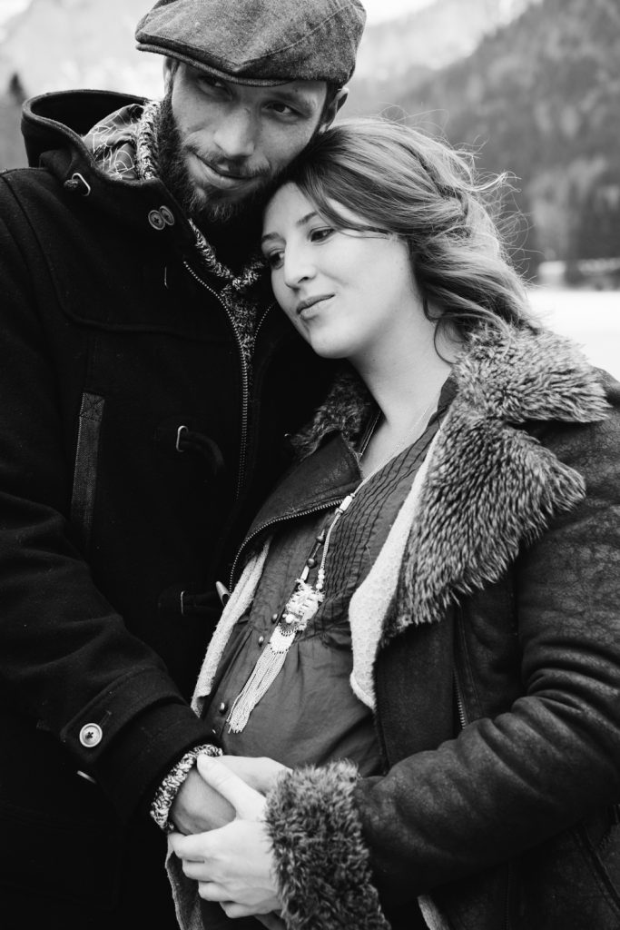 Love complicity simple natural winter pregnancy couple photo shoot in the mountains - Photographer in Berlin Geneva