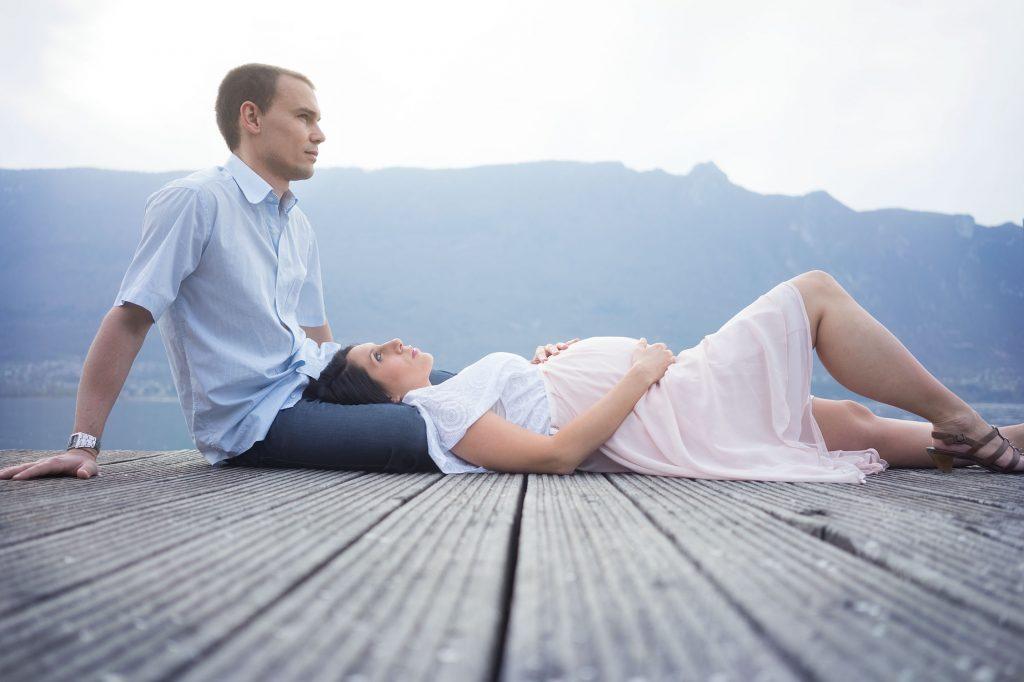 Pregnancy couple photo shoot between lake and mountain - Photographer in Berlin Geneva