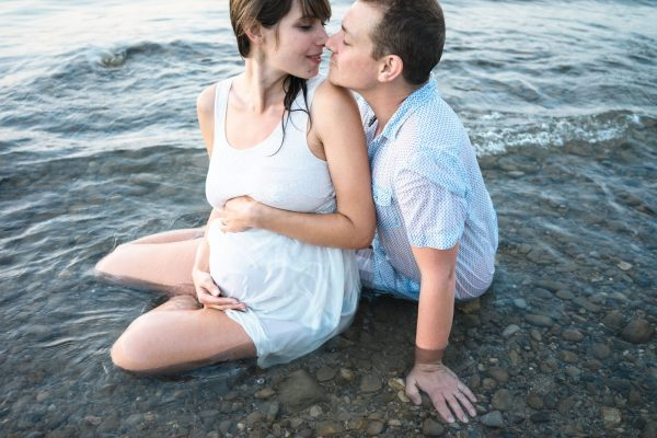 Soft natural pregnancy couple photo shoot on the beach- Photographer in Berlin Geneva