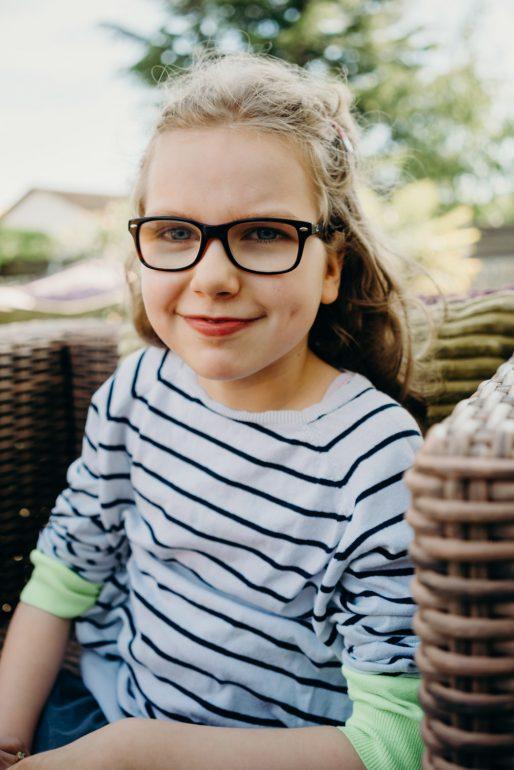 Cute little girl in the garden - Family photo shoot in Geneva
