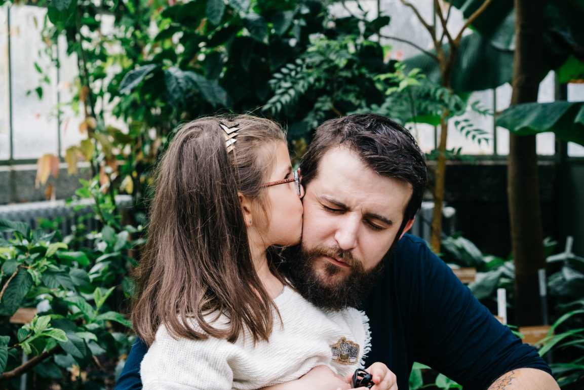 Love complicity father and daughter - Family pictures in the botanical garden of Geneva