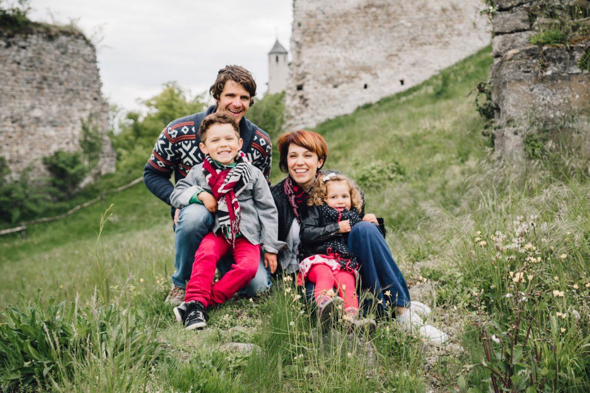 Happy family photo shoot outside Geneva - Photographer in Berlin
