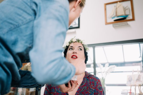 Preparation of the bride - Make-up and flowers crown - Wedding photography in Berlin
