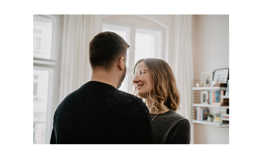 Loving couple simple natural cosy photo shoot beautiful interior - Photographer in Prenzlauer Berg Berlin