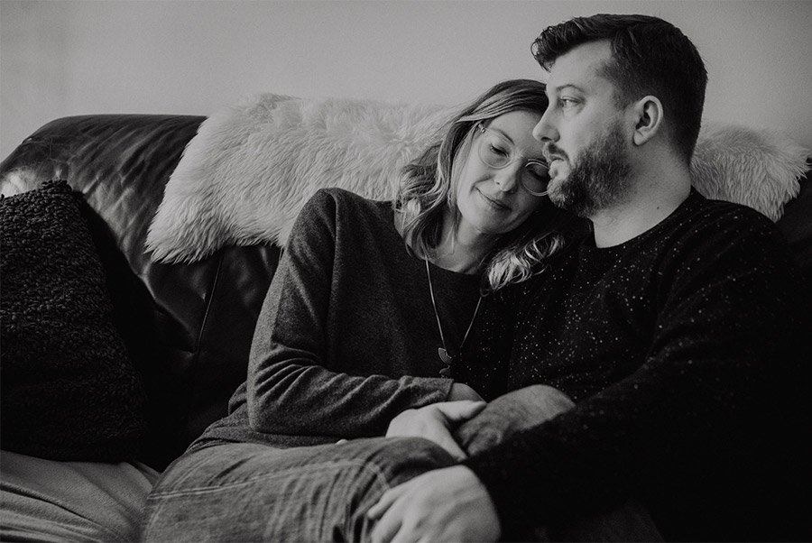 Tender couple simple natural cosy photo shoot beon the couch - Photographer in Prenzlauer Berg Berlin