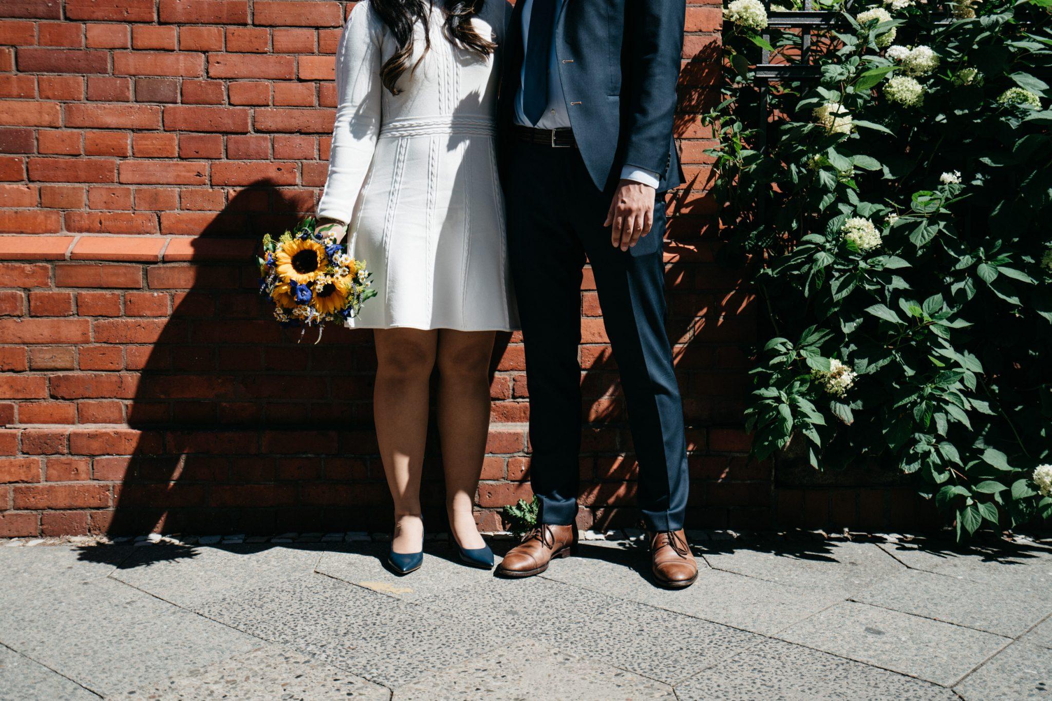 Short simple wedding dress – Simple wedding in Berlin Standesamt Charlottenburg Wilmersdorf – Hochzeit Fotograf