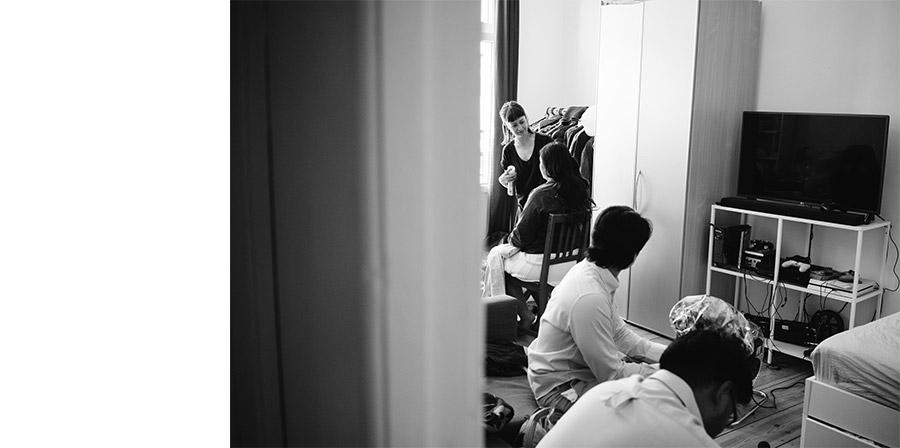Bride getting ready make-up – Simple wedding in Berlin Standesamt Charlottenburg Wilmersdorf – Hochzeit Fotograf
