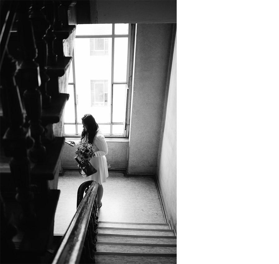 Bride in the staircase – Simple wedding in Berlin Standesamt Charlottenburg Wilmersdorf – Hochzeit Fotograf