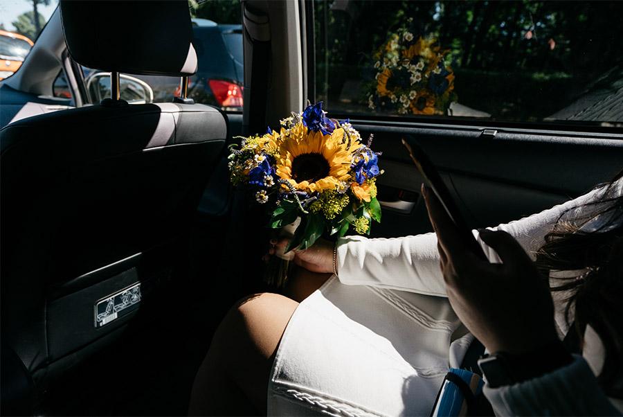 Bride and her bouquet in the taxi – Simple wedding in Berlin Standesamt Charlottenburg Wilmersdorf – Hochzeit Fotograf