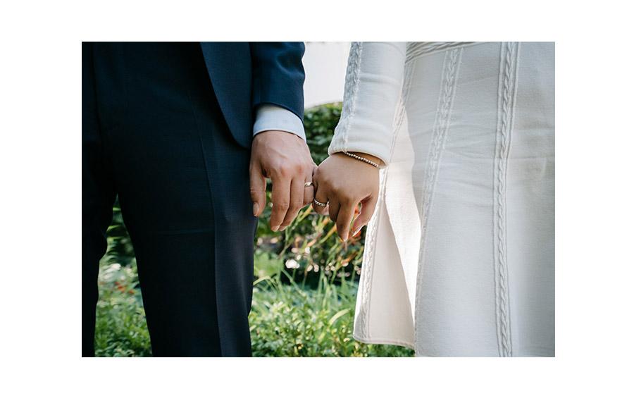 Natural ring photo – Simple wedding in Berlin Standesamt Charlottenburg Wilmersdorf – Hochzeit Fotograf