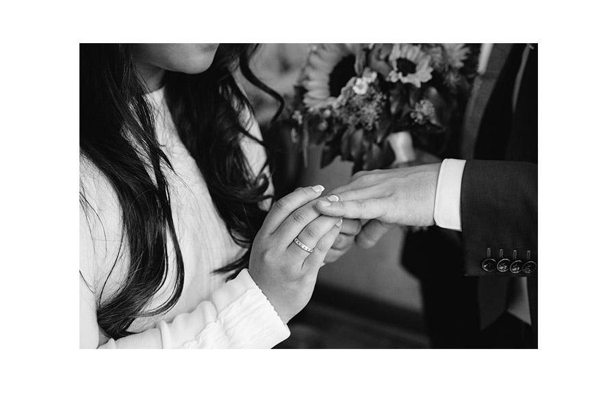 Bride putting the wedding ring – Simple wedding in Berlin Standesamt Charlottenburg Wilmersdorf – Hochzeit Fotograf