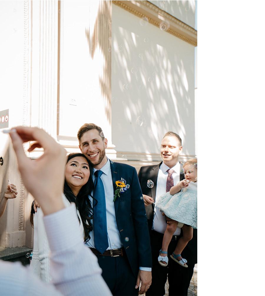 Bubbles out of the city hall – Simple wedding in Berlin Standesamt Charlottenburg Wilmersdorf – Hochzeit Fotograf