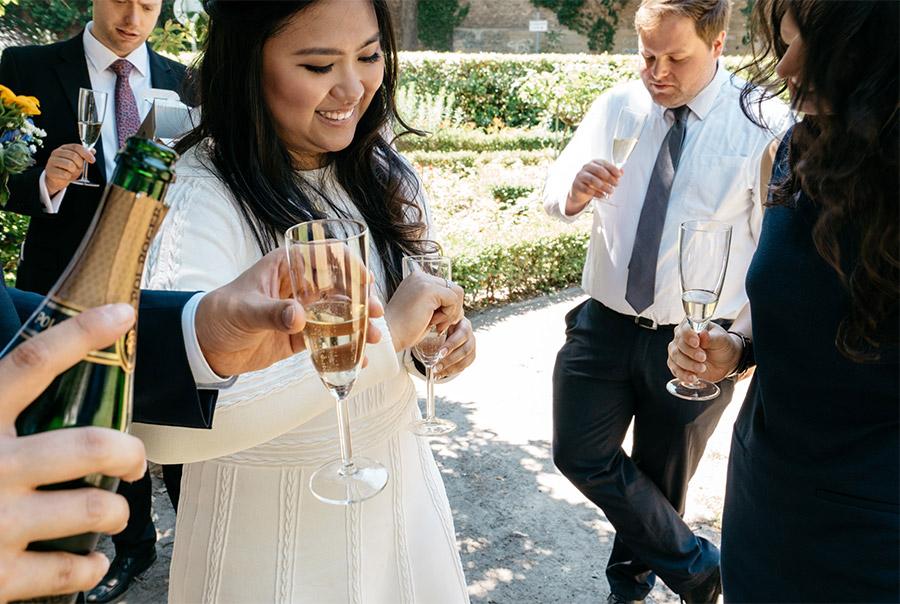 Showing the ring – Simple wedding in Berlin Standesamt Charlottenburg Wilmersdorf – Hochzeit Fotograf
