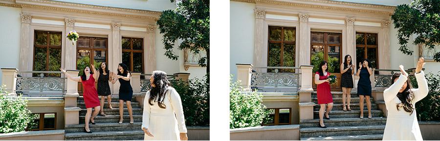 Throwing bouquet – Simple wedding in Berlin Standesamt Charlottenburg Wilmersdorf – Hochzeit Fotografande-Rousse_Wedding-photographer-Berlin_CJ-Thomas_23